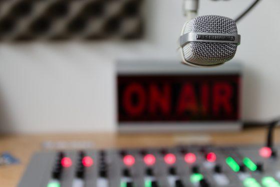 microfono e mixer in studio radiofonico